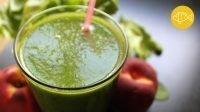 Een glas met een groene smoothie met op de achtergrond nectarines