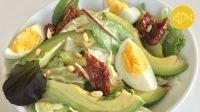 frisse salade van ijsbergsla avocado en ei