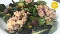 Een salade van waterkers met bovenop een tonijnsalade
